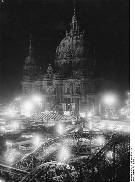 444px-Bundesarchiv_B_145_Bild-P019228,_Berlin,_Weihnachtsmarkt_vor_Dom_am_Abend